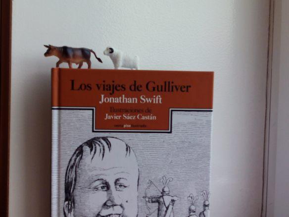 Esta nueva edición de Sexto piso con ilustraciones de Javier sáez Castán es magnífica.